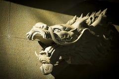 一条亚洲龙的头的雕象 免版税库存照片