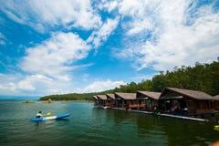 一条人冲程皮船小船在木筏, kanchanaburi省前面的河 免版税库存照片