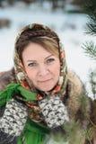 一条传统俄国围巾的美丽的女孩 免版税库存照片