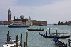 一条传统威尼斯式运河的威尼斯平底船的船夫 免版税图库摄影