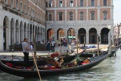 一条传统威尼斯式运河的威尼斯平底船的船夫 免版税库存照片