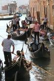 一条传统威尼斯式运河的威尼斯平底船的船夫 图库摄影