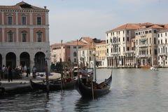 一条传统威尼斯式运河的威尼斯平底船的船夫 库存图片