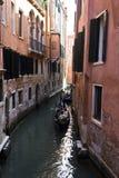 一条传统威尼斯式运河的威尼斯平底船的船夫 免版税库存图片
