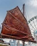 一条传统红色破烂物小船的风帆的细节 免版税库存图片