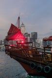 一条传统红色破烂物小船的风帆的细节 库存图片