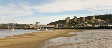 一条低潮河Conwy,桥梁和城堡射击 库存照片