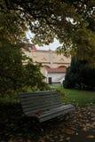 一条偏僻的长凳在秋天公园 库存照片