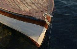 一条停住的小船的弓 免版税库存图片