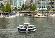 一条公开轮渡用于在一个口岸附近运输乘客在北加拿大 免版税库存照片