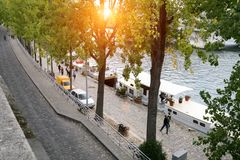 一条典型的巴黎人街道,河塞纳河的堤防 库存图片