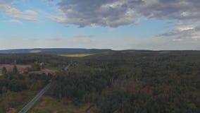 一条农村路与在山风景的天空蔚蓝和云彩好日子 股票视频