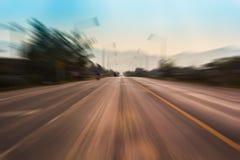一条农村路的行动迷离 免版税库存图片