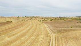 一条农村道路的鸟瞰图在丰特拉兰查旁边的 股票视频