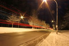 一条冬天路在晚上 免版税库存照片