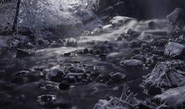 一条冰冷的河 免版税库存照片