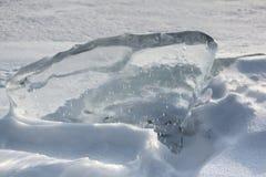 一条冻河的表面上的冰晶 库存图片