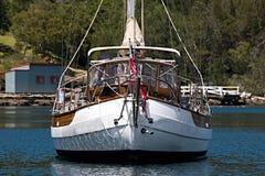 一条准备充分的海洋航行游艇在一个安全港口停泊了 免版税库存照片