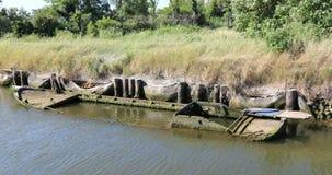 一条凹下去的木小船的击毁在盐水湖水中 图库摄影