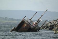 一条凹下去的用于达达尼尔海峡的小船运载的难民 库存图片