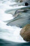 一条即刻地运动的小河的摘要 免版税库存图片