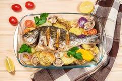 一条可口整个被烘烤的鱼 库存照片