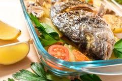 一条可口整个被烘烤的鱼 免版税图库摄影