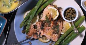 一条可口烤有机三文鱼用雀跃和莳萝 免版税库存照片