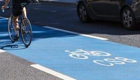 一条周期高速公路的骑自行车者在伦敦 图库摄影