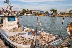 一条商业捕鱼业小船在船坞 免版税图库摄影