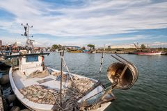 一条商业捕鱼业小船在船坞 免版税库存图片