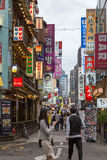 一条商业街的人们在汉城 免版税库存图片