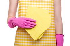 一条围裙的妇女在清洁手套旧布的手上 库存照片