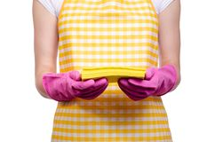 一条围裙的妇女在清洁手套旧布的手上 图库摄影