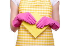 一条围裙的妇女在清洁手套旧布的手上 免版税库存图片
