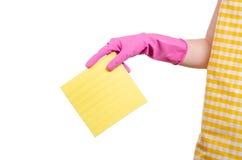 一条围裙的妇女在清洁手套旧布的手上 免版税图库摄影
