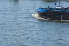 一条国内航道小船在莱茵河移动在德国 免版税库存图片
