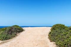 一条土路的末端向海 库存照片