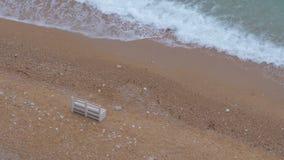 一条在一个沙滩的偏僻的木白色长凳立场 影视素材