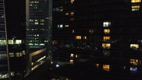 一条城市地平线的看法与摩天大楼的前景的在晚上 射击 高层建筑物顶视图在中心  股票录像