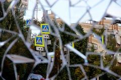 一条城市街道的反射在一个被打碎的镜子的作为背景 图库摄影