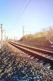 一条多雪的俄国冬天铁路的风景在明亮的阳光下的路轨和睡眠者在12月下下雪 俄国铁路 库存图片