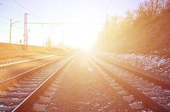 一条多雪的俄国冬天铁路的风景在明亮的阳光下的路轨和睡眠者在12月下下雪 俄国铁路 免版税库存照片