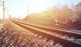 一条多雪的俄国冬天铁路的风景在明亮的阳光下的路轨和睡眠者在12月下下雪 俄国铁路 免版税图库摄影