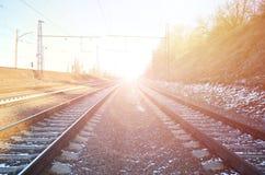 一条多雪的俄国冬天铁路的风景在明亮的阳光下的路轨和睡眠者在12月下下雪 俄国铁路 免版税库存图片