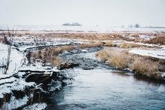 一条多雪的冬天河的风景 库存照片