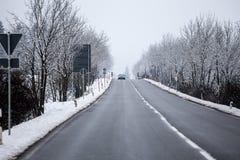 一条多雪的冬天街道 图库摄影