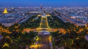 一条大城市地平线的鸟瞰图在对夜timelapse的日落天以后 从埃佛尔铁塔的顶视图 法国巴黎 影视素材