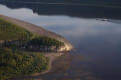 一条大河和一艘浮动船的顶视图 免版税库存照片