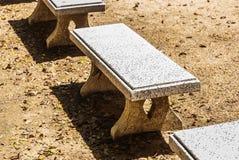 一条大理石庭院长凳 库存图片